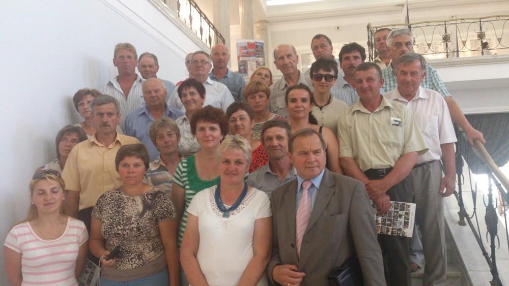 Fotografia grupowa z Franciszkiem Stefaniukiem posłem na Sejm Rzeczypospolitej Polskiej